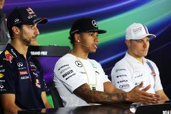 Daniel Ricciardo, Red Bull Racing; Lewis Hamilton, Mercedes AMG F1 y Valtteri Bottas, Williams en la