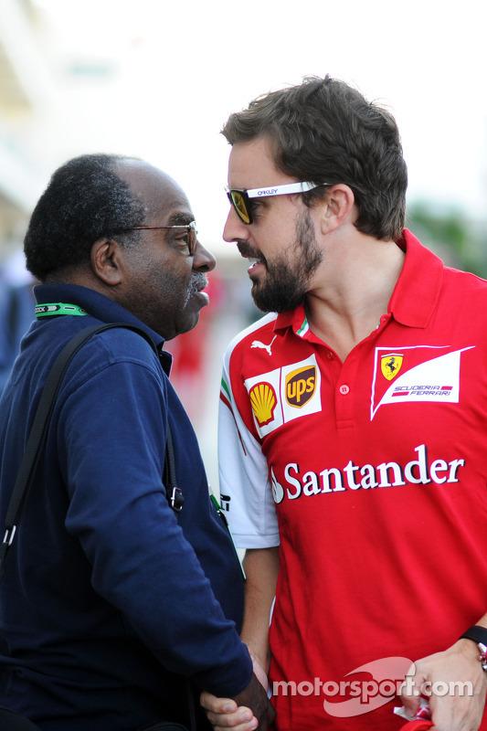 (Esquerda para direita): Everett Souratt com Fernando Alonso, Ferrari