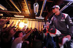 Esteban Gutiérrez avec des fans
