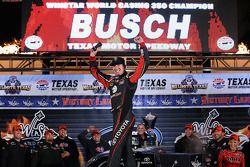 Kyle Busch celebra