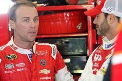 Kevin Harvick, Stewart-Haas Racing Chevrolet et Jimmie Johnson, Hendrick Motorsports Chevrolet