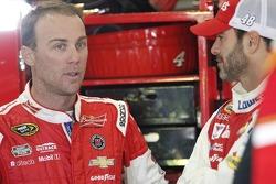 Kevin Harvick, Stewart-Haas Racing Chevrolet y Jimmie Johnson, Hendrick Motorsports Chevrolet