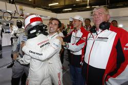 Romain Dumas ve Neel Jani pole pozisyon için kutlama yapıyor