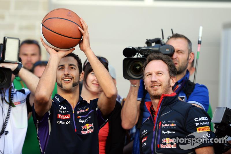 Daniel Ricciardo, Red Bull Racing ve Christian Horner, Red Bull Racing Takım Patronu basketbol yeteneklerini sergiliyor