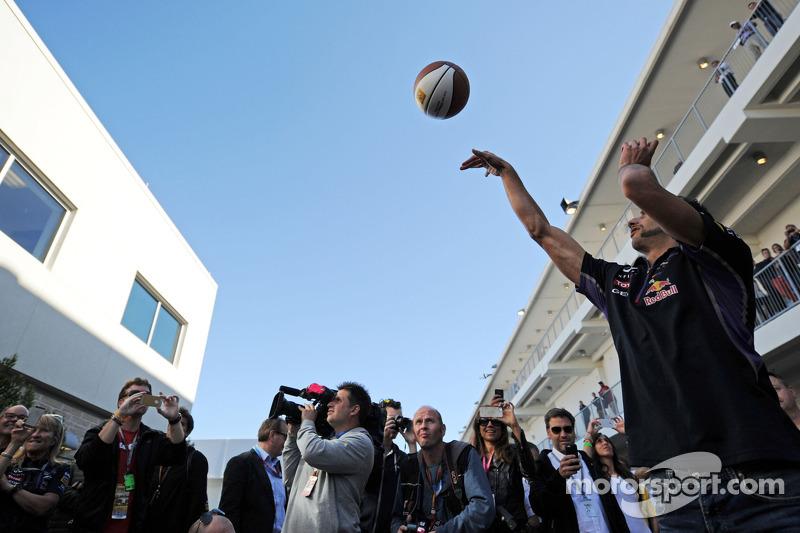 Daniel Ricciardo, Red Bull Racing basketbol yeteneklerini geliştiriyor