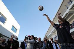 红牛车队的丹尼尔·里卡多练习他的篮球技能