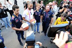 (Esquerda para direita): Daniel Ricciardo, Red Bull Racing com Tony Parker, jogador da NBA; Sebastian Vettel, da Red Bull Racing; e Christian Horner, chefe de equipe da Red Bull
