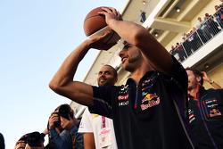 Daniel Ricciardo, Red Bull Racing, practica sus habilidades de basketball con Tony Parker, jugador d