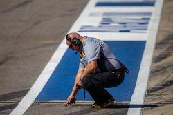 Tecnico Pirelli legge la temperatura della pista