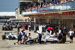 Valtteri Bottas et Felipe Massa dans les stands