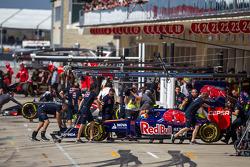Daniil Kvyat, Scuderia Toro Rosso STR9, en los pits