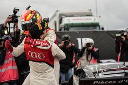 Stéphane Ortelli kutlama yapıyor ve yarış galibi Laurens Vanthoor