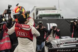 Stéphane Ortelli celebra con el ganador Laurens Vanthoor