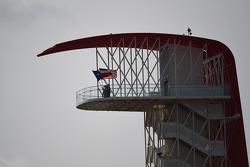 Drapeaux du Texas et des USA sur la tour du COTA