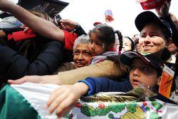 Sergio Pérez avec des fans