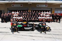 (Soldan Sağa): Nico Hulkenberg, Sahara Force India F1 ve Sergio Perez, Sahara Force India F1 takım fotoğrafında