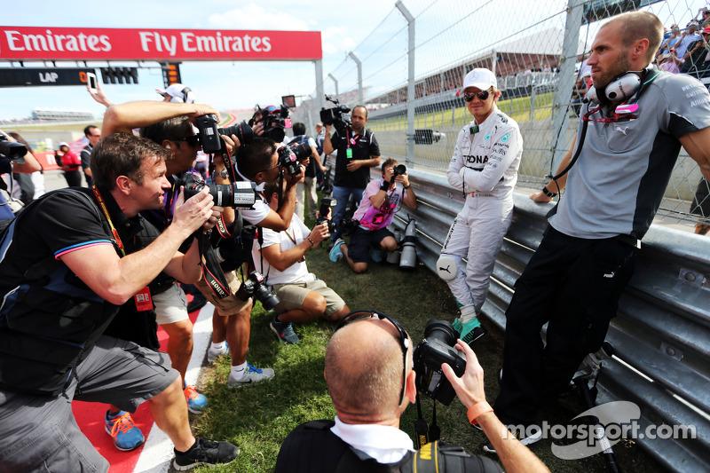 Nico Rosberg, Mercedes AMG F1 con  Daniel Schloesser, Mercedes AMG F1 fisioterapista en la parrilla