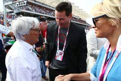 (I a D): Bernie Ecclestone, con Keanu Reeves, actor, y Pamela Anderson, actriz, en la parrilla