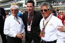 (Soldan Sağa): Bernie Ecclestone ve  Keanu Reeves, Aktör ve Mario Andretti, Amerika Pisti Resmi Elçisi gridde