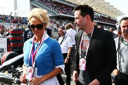 (I a D): Pamela Anderson, actriz, con Keanu Reeves, actor, en la parrilla