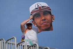 一位举着梅赛德斯F1车队车手路易斯·汉密尔顿超大头像的粉丝