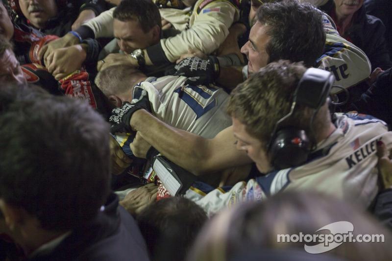 Dezenas de pessoas fizeram parte da briga entre Brad Keselowski e Jeff Gordon, na etapa do Texas, em 2014.