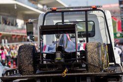 索伯C33赛车,阿德里安·苏蒂尔, 索伯车队,退出比赛,被盖住架在卡车上送回维修区