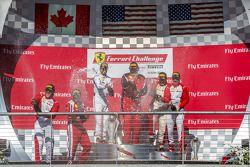 法拉利挑战赛领奖台:冠军詹姆斯·韦兰德,第二名罗伯特·赫尔嘉维克,第三名罗斯·加伯