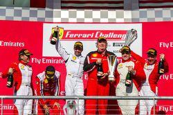 TP podium: El ganador Mark McKenzie, segundo lugar Riautodo Pérez, tercer lugar Gregory Romanell