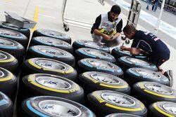 Pirellibanden gemarkeerd door een Red Bull Racing mecanicien