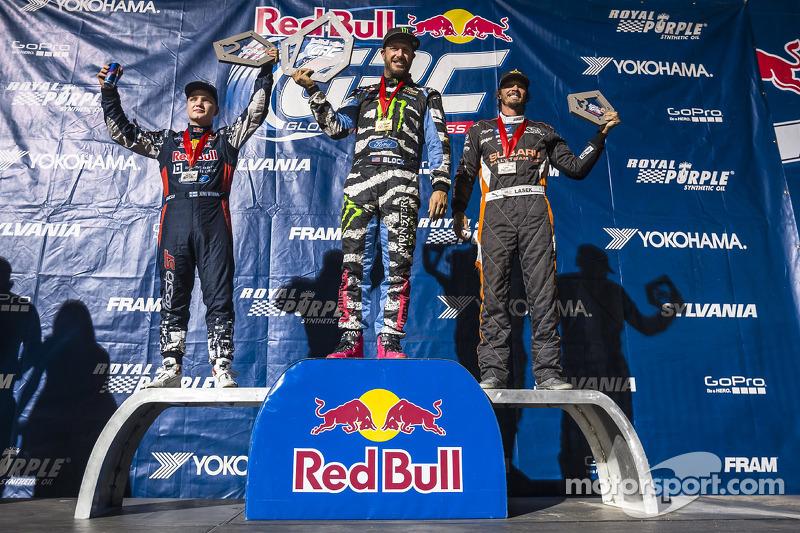 Joni Wiman, Ken Block, y Bucky Lasek celebran en el podium después de ganar la clase Supercars