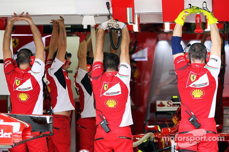 Ferrari mekanikerleri ısınma hareketi yapıyor