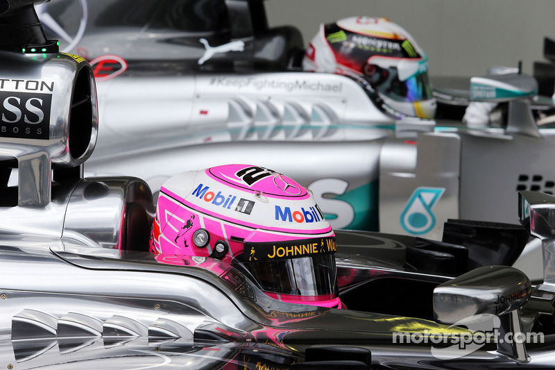 Jenson Button, McLaren MP4-29 e Lewis Hamilton, Mercedes AMG F1 W05 nel parco chiuso