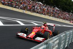 Kimi Raikkonen, Ferrari F14-T enters the new pit lane