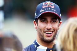 Daniel Ricciardo, Red Bull Racing, con los medios