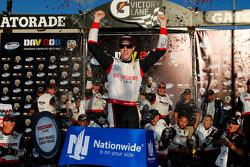 Racewinnaar Brad Keselowski viert feest
