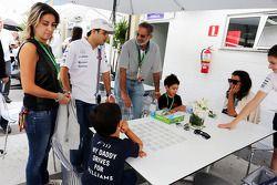 Felipe Massa, Williams, con su hijo Felipinho Massa y su esposa Rafaela Bassi (BRA)