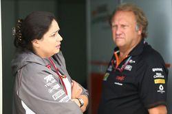 Monisha Kaltenborn, director del Sauber Team con Robert Fernley , Sahara Force India F1 Team director encargado del equipo