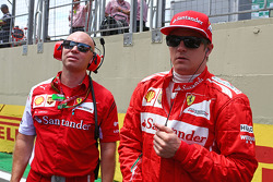 Kimi Raikkonen, Ferrari with Mark Arnall, Personal Trainer on the grid