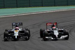 Jenson Button, McLaren MP4-29 y Adrian Sutil, Sauber C33, pelean pos la posición