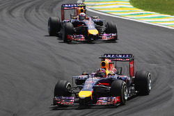 Sebastian Vettel, Red Bull Racing RB10, davanti a Daniel Ricciardo, Red Bull Racing RB10