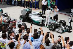 Yarış galibi Nico Rosberg, Mercedes AMG F1 W05 kapalı parkta kutlama yapıyor