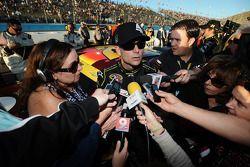 Jeff Gordon, Hendrick Motorsports, Chevrolet, wird in der Boxengasse von Motorsport.com Redakteurin