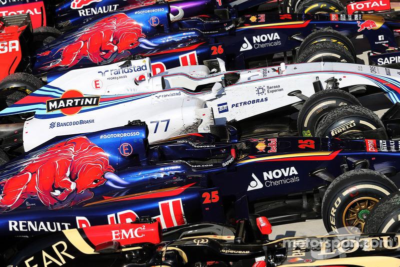 Araçlar yarış sonunda kapalı parkta