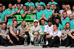 Race winner Nico Rosberg, Mercedes AMG F1 celebrates with second placed Lewis Hamilton, Mercedes AMG F1 and the team
