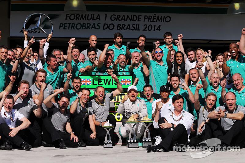 El ganador Nico Rosberg, Mercedes AMG F1 celebra con el segundo lugar Lewis Hamilton, Mercedes AMG F1 y el equipo