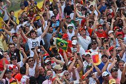 Fans invaden la pista al final de la carrera