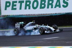 Nico Rosberg bloque ses roues au freinage