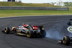 Pastor Maldonado, Lotus F1 E21 runs wide
