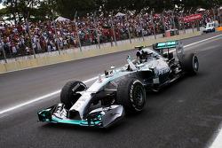 Yarış galibi Nico Rosberg, Mercedes AMG F1 W05 yarış sonunda kutlama yapıyor